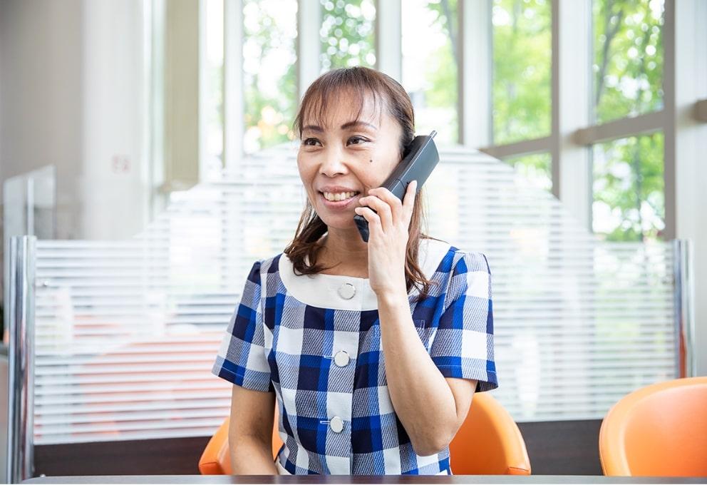 電話対応中のスタッフ
