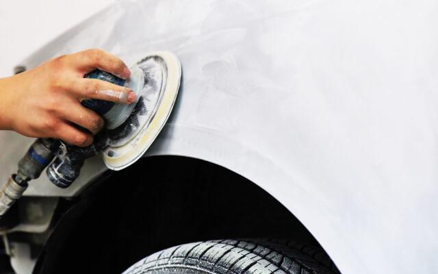 塗装下処理する手元の写真