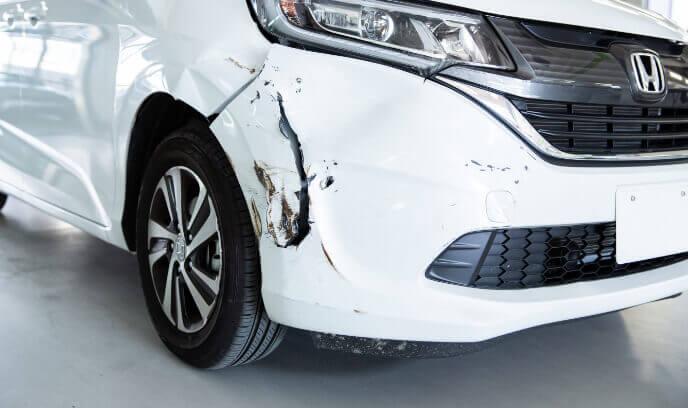 傷ついた車の写真